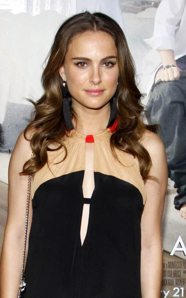 "Natalie Portman was at the Los Angeles Premiere of ""No Strings Attached"" held at the Regency Village Theatre in Westwood, USA on January 11, 2011. Her simple yet lovely black dress went quite well with her long and wavy dark brown hairstyle loose on her shoulders."