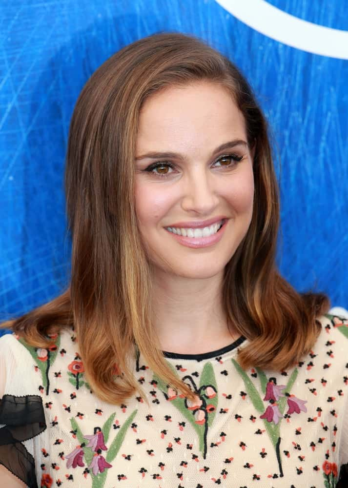 On September 7, 2016, actress Natalie Portman attended the photocall for 'Jackie' during the 73rd Venice Film Festival. She was quite lovely in her floral blouse that she paired with a loose and highlighted shoulder-length hairstyle with highlights.