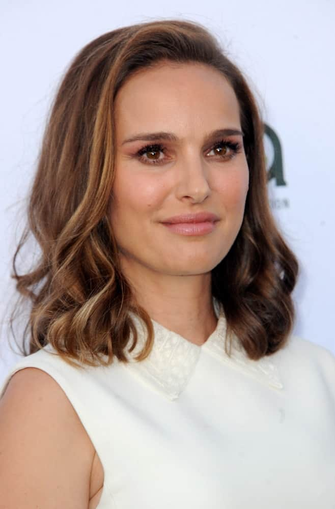 Natalie Portman opted for a simple yet charming look to her white outfit and wavy highlighted shoulder-length hairstyle with long side bangs at the Environmental Media Association's 27th Annual EMA Awards held in Santa Monica, USA on September 23, 2017.