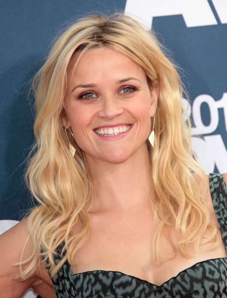 Actress Reese Witherspoon was charming with her brilliant smile, stunning dress and medium-length tousled wavy blond hairstyle loose on her shoulders at the MTV Movie Awards 2011 on June 05, 2011, in Hollywood, CA.