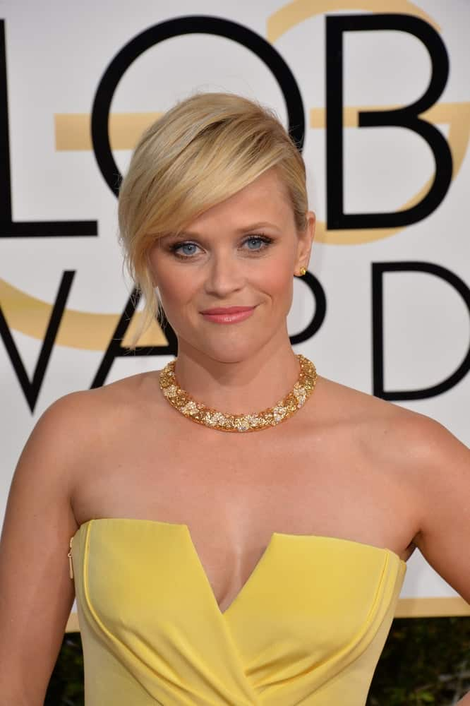 On January 8, 2017, Reese Witherspoon wore a stunning yellow dress that paired quite perfectly with her neat bun hairstyle with loose side-swept bangs at the 74th Golden Globe Awards at The Beverly Hilton Hotel, Los Angeles.
